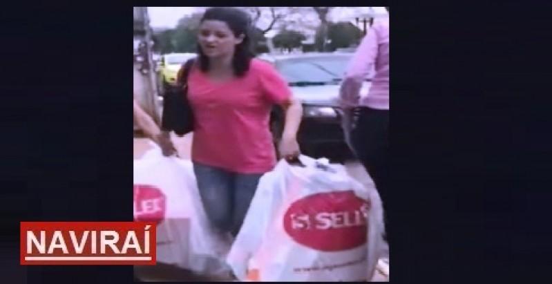a4ca784e47d8 A mulher foi flagrada momento em que tentava deixar a loja com as sacolas  de objetos furtados Foto:Reprodução / Ilustração gráfica Caribel News